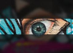 Голубой глаз с бирюзой крупным планом на пустую шапку для канала youtube