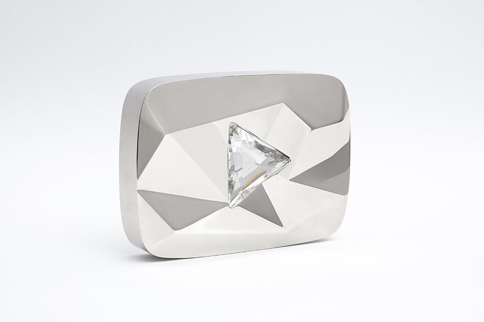Картинка белая бриллиантовая кнопка ютуб за 10 миллионов подписчиков с треугольной вставкой в центре