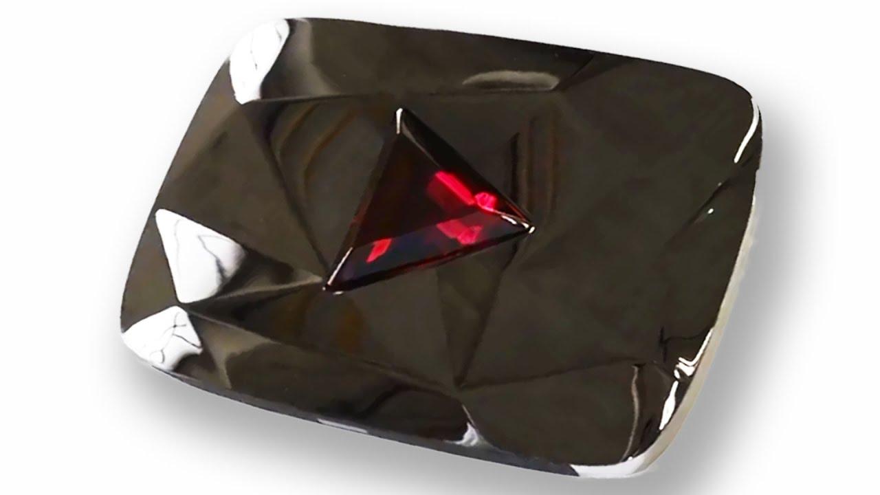 Картинка красный бриллиант за 100 миллионов подписчиков с треугольной рубиновой вставкой в центре