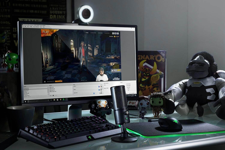 Картинка компьютер блогера с микрофоном