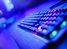 Картинка под готовые превью для ютуба со светящейся голубой клавиатурой компьютера.