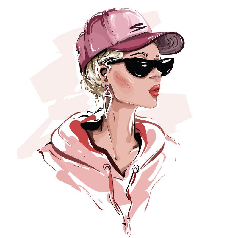 Девушка в розовой бейсболке и чёрных солнечных очках.