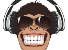 Картинка - крутая аватарка для пацанов с коричневой головой обезьяны в солнечных очках и наушниках.