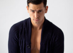 Фото красивого парня с чёрными волосами и синей кофте на аву