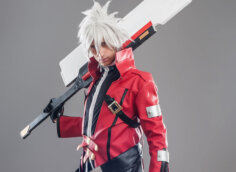 Аниме песонаж - парень с белыми волосами в красной униформе и мечои на плече.