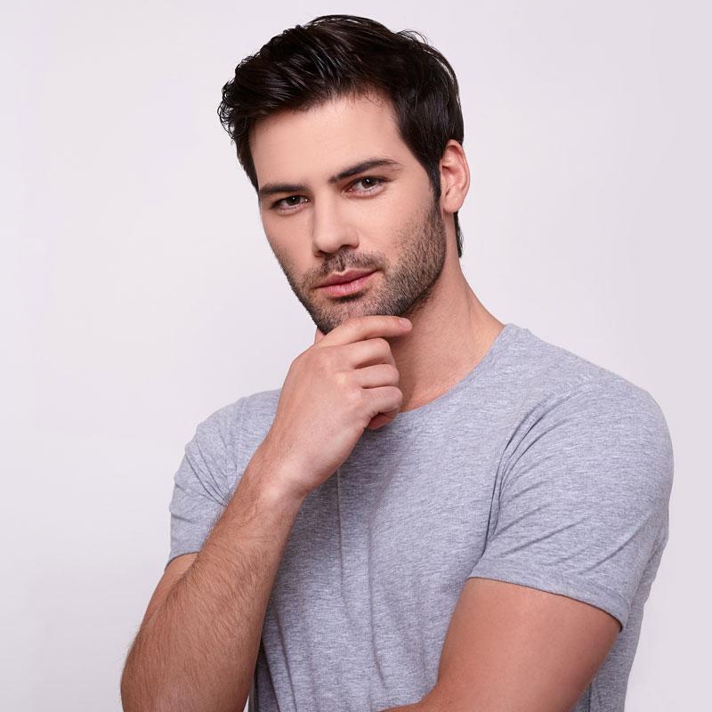 Портретное фото парня на аву с черными волосами и серой футболке.