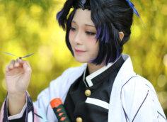 Грустное аниме фото на аву девушки с чёрными волосами в японском национальном костюме.