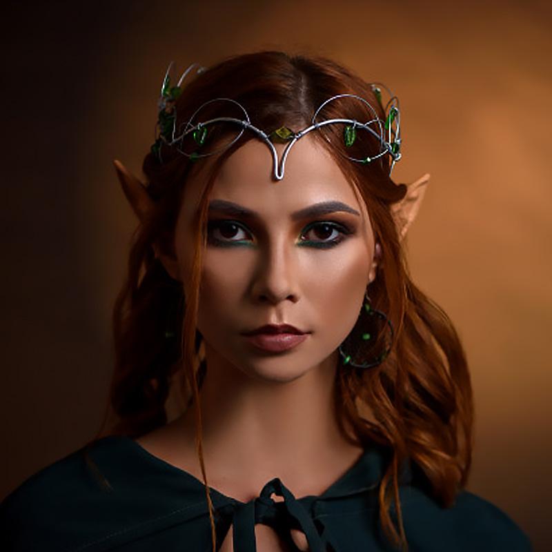 Фэнтази потрет девушки эльфа в диадеме на длинных рыжих волосах.