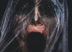 Страшное фото смерти в виде кричащего человеческого лица с выражением ужаса.